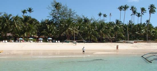 La playa famosa de las arenas blancas