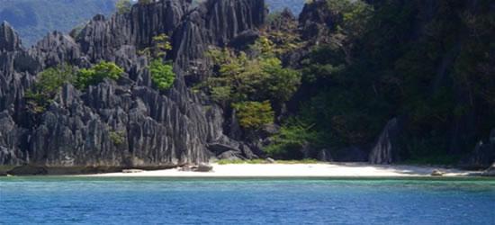 Playa y roca, Isla Coron, Palawan