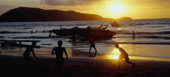 Puesta de sol en la playa de Phuket