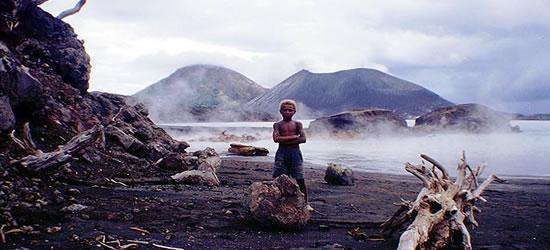 Niño ante la devastación de un volcán