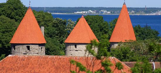 Torres de reloj medievales de teja roja, Estonia