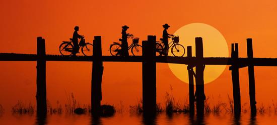 Motoristas en el puente de U Bein, Myanmar