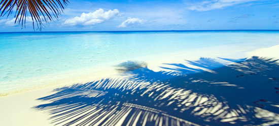 Playa armoniosa, mar y cielo