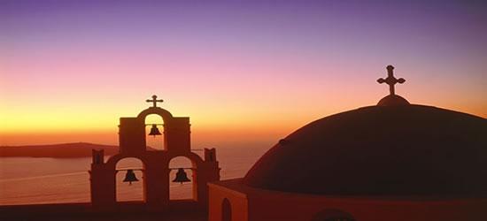 Puesta de sol increíble con una iglesia griega en primer plano