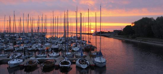 Puesta de sol sobre el puerto de Tallin