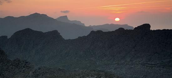 Puesta de sol de la montaña