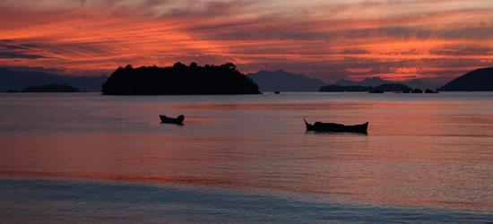 Puesta de sol sobre las islas frente a Parati