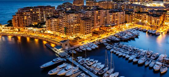 Vista aérea de Fountvielle y puerto de Mónaco en el crepúsculo