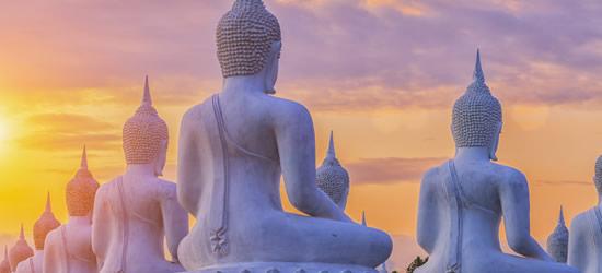Estatuas de Buda en la puesta del sol
