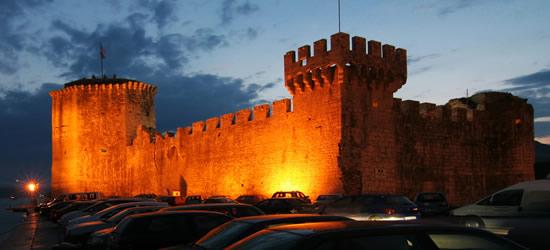 Castillo de Trogir en la noche