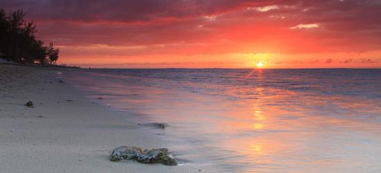 Hermoso Atardecer en una playa de arena, Mozambique