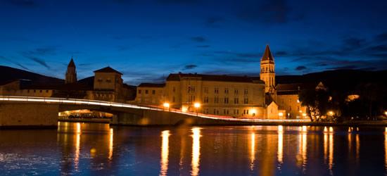 Puente de Trogir y castillo en la noche
