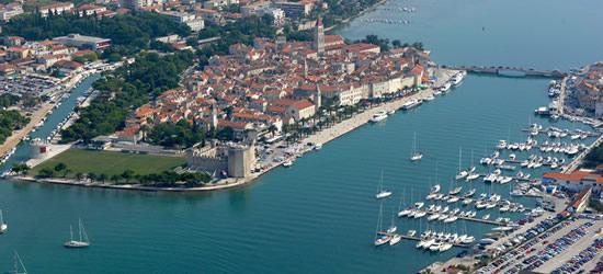 Foto aérea del casco antiguo y puerto de Trogir