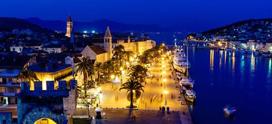 Antigua ciudad de Trogir en la noche