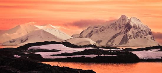 Montañas cubiertas de nieve, en la Antártida