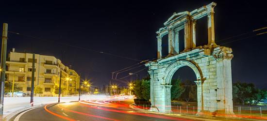 El Arco de Adriano por la noche